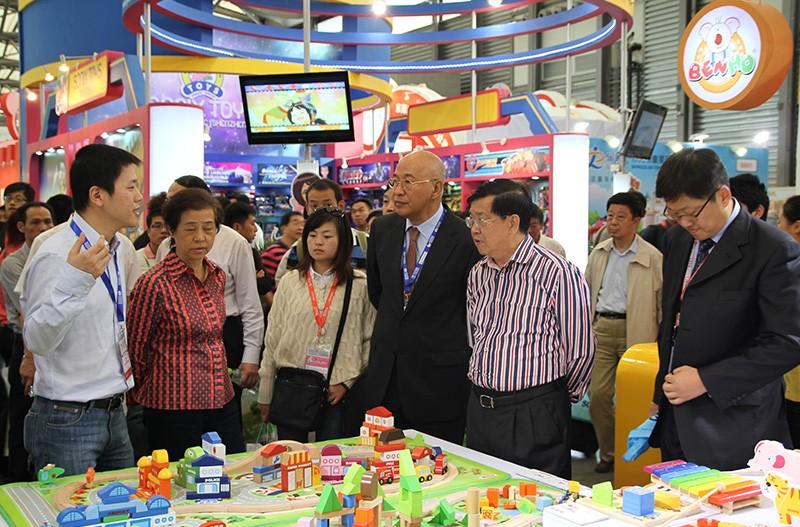 原世贸首席谈判代表,博鳌论坛秘书长龙永图先生在中国玩具和婴童用品协会石晓光会长、公司董事长何彬先生的亲自陪同下,莅临中国玩具展木玩世家展位视察